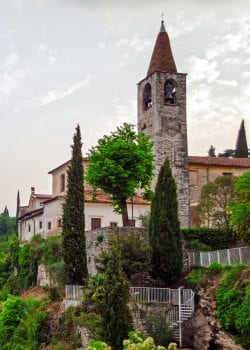 Kirke i Tremosine ved Gardasøen